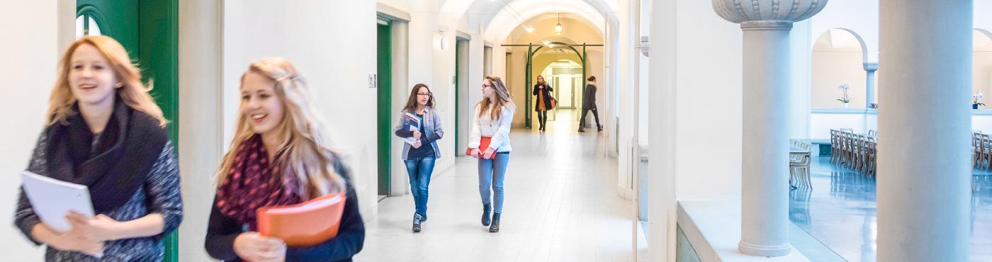 Bildungsangebote im Theresianum: Orientierungsschule, Fachmittelschule, Gymnasium.